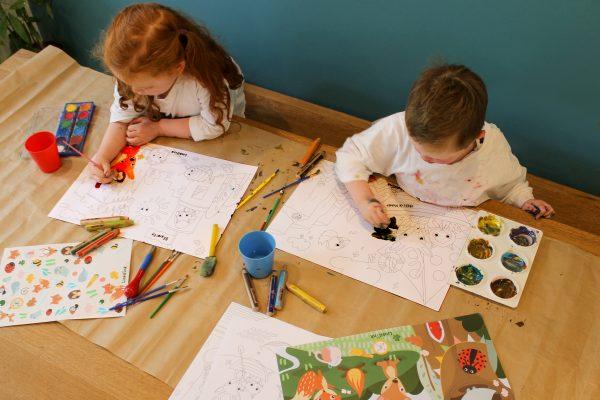 Linkilonk+Kids+colouring+in.jpg